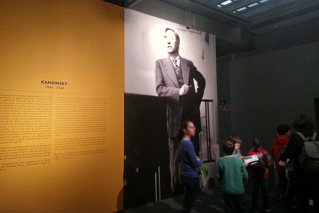 niños en el museo